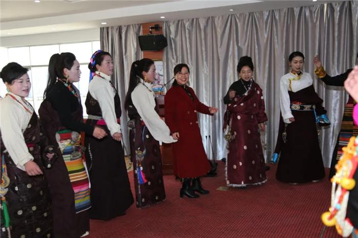 藏历新年阜康医院藏族行后员工跳起锅庄过新年