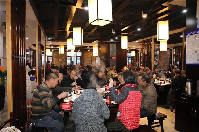 致敬最美城市建设者——阜康宴请160位工人大哥